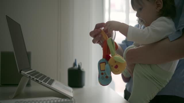 vídeos de stock e filmes b-roll de 4 k : mulher a trabalhar no escritório em casa com seu bebé - mãe solteira