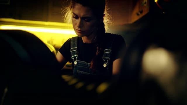 frau arbeitet in der motorradwerkstatt - clip stock-videos und b-roll-filmmaterial