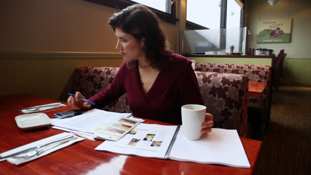 stockvideo's en b-roll-footage met ms pan woman working in restaurant / truxton's, california, usa - tafelmanieren