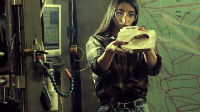vidéos et rushes de femme travaillant dans l'atelier bois - agence de design