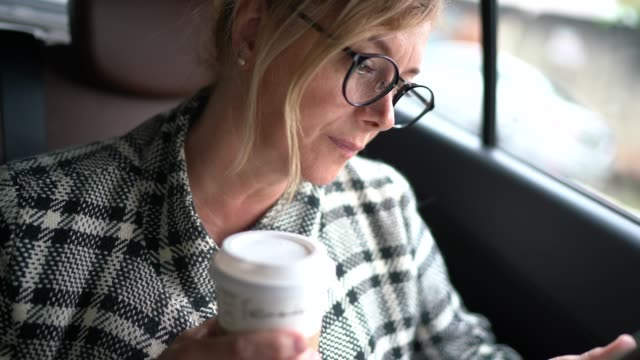 frau, die in einer kabine arbeitet, mit digitaler tablette und kaffee trinken-portrait - drink stock-videos und b-roll-filmmaterial