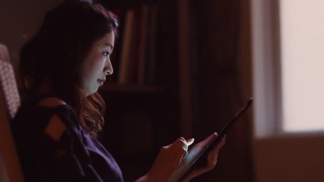 女性自宅残業 - 部屋点の映像素材/bロール