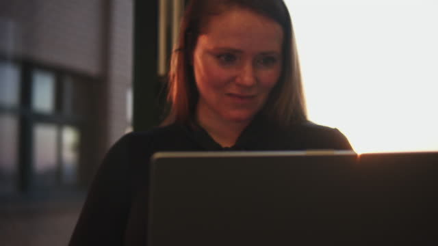 vidéos et rushes de woman working late in office. - femme d'affaires