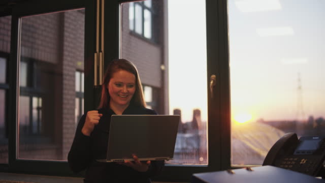 vidéos et rushes de woman working late in office. - surfer sur le net