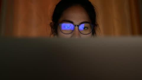 vidéos et rushes de femme travaillant tard - temps limité
