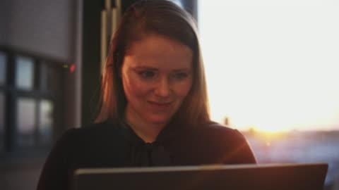vídeos y material grabado en eventos de stock de woman working late with laptop in office. - escritorio