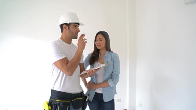 frau arbeitet an einem wohnprojekt - renovierung konzepte stock-videos und b-roll-filmmaterial