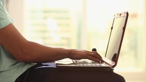 vídeos y material grabado en eventos de stock de woman working on a laptop  - abierto
