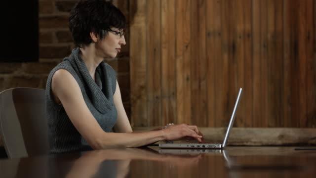 woman working on a laptop  - 普若佛 個影片檔及 b 捲影像