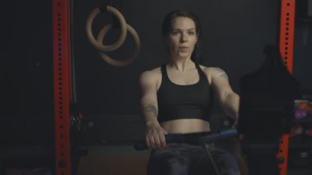 ローイングマシンで持久力に取り組む女性。 - 自制心点の映像素材/bロール