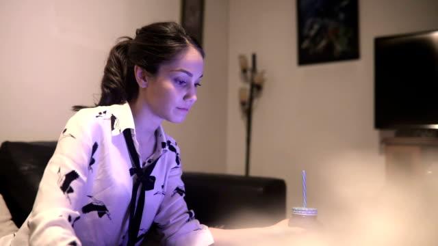 vídeos de stock, filmes e b-roll de mulher trabalhando no laptop em casa  - trabalhadora de colarinho branco