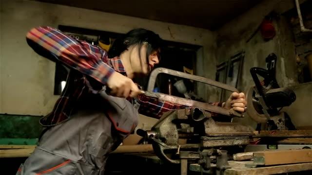 Kvinna som arbetar på metall profil