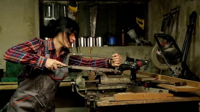 vídeos de stock, filmes e b-roll de mulher que trabalha na estrutura metálica - força