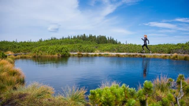 Frau arbeitet in der Natur, durch das Wasser laufen