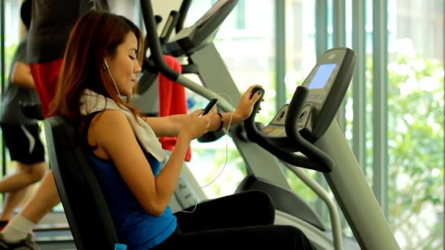Frau trainieren Sie im Fitnessraum