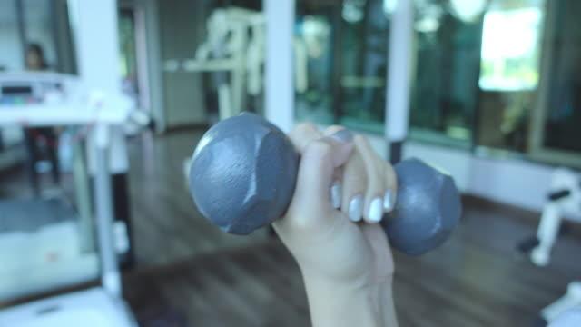 vidéos et rushes de femme exercice avec haltères - poids pour la musculation