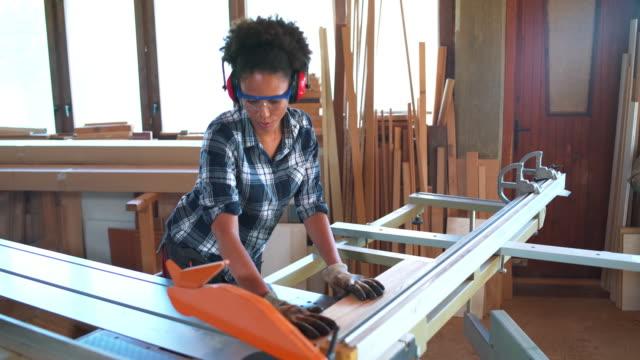 frau arbeiten mit kreissäge - schutzbrille stock-videos und b-roll-filmmaterial