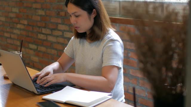 Frau mit Laptop im Kaffee Café, Dolly Schuss