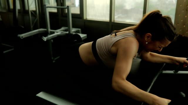 vídeos y material grabado en eventos de stock de entrenamiento de la mujer en el gimnasio - press de banca