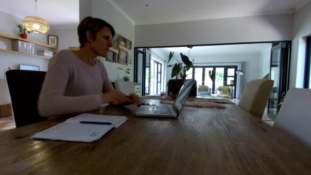 vídeos y material grabado en eventos de stock de la mujer trabaja desde la comodidad de su propia casa - adulto de mediana edad