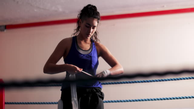 woman wrapping hands before sparring - fare la guardia video stock e b–roll