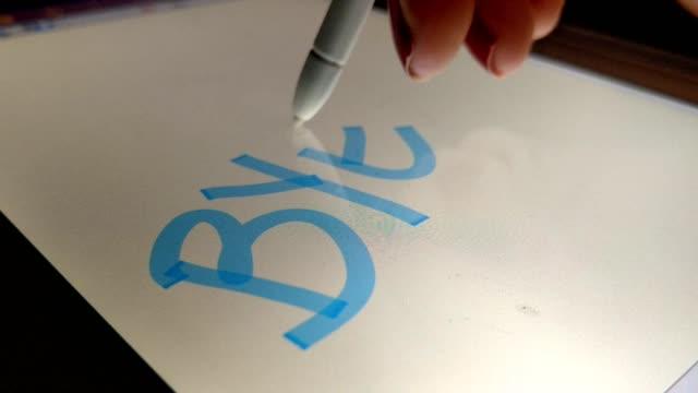 frau schreibt bye auf die elektronische tafel mit einem touch-pen - menschliche gliedmaßen stock-videos und b-roll-filmmaterial