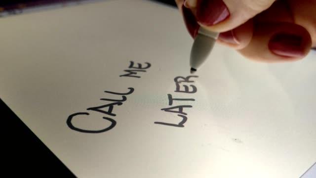 vídeos de stock, filmes e b-roll de mulher escreve me chama mais tarde o tablet eletrônico com uma caneta de toque - agilidade