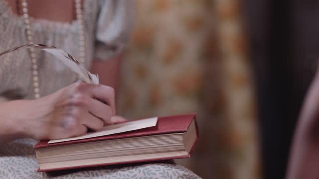 女性は時代の衣装でクイルで書きます。 - 19世紀風点の映像素材/bロール