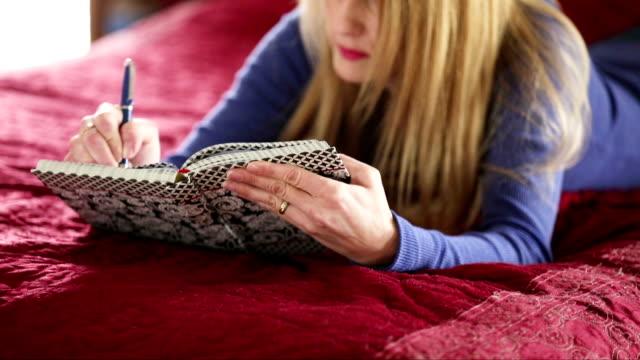 Frau Schreiben in Tagebuch