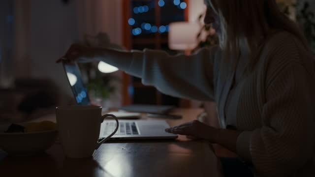 vídeos y material grabado en eventos de stock de ds mujer escribiendo en una computadora portátil por la noche - una mujer de mediana edad solamente