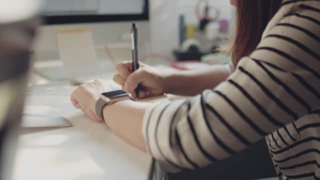 vídeos y material grabado en eventos de stock de mujer escribiendo en un bloc de notas - lapiz