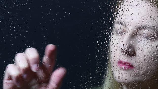 vídeos y material grabado en eventos de stock de escritura de mujer en ventana mojada - dedo humano