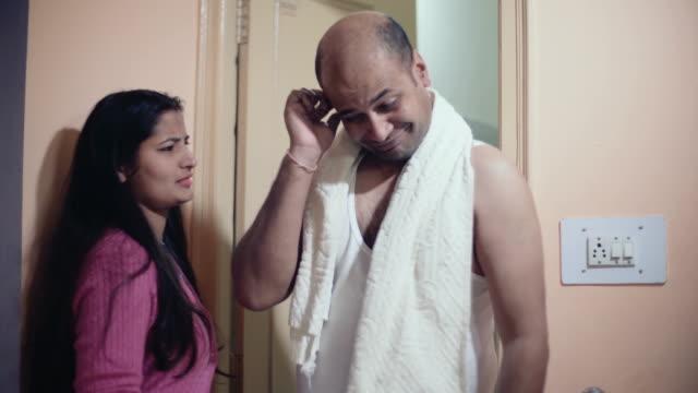 vidéos et rushes de femme crier sur son mari à l'aide de salle de bain plus longtemps. - frapper activité physique
