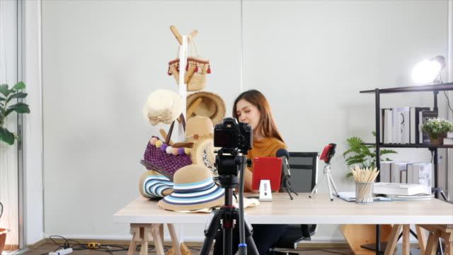 vídeos de stock e filmes b-roll de woman youtuber making footage in studio - só mulheres jovens