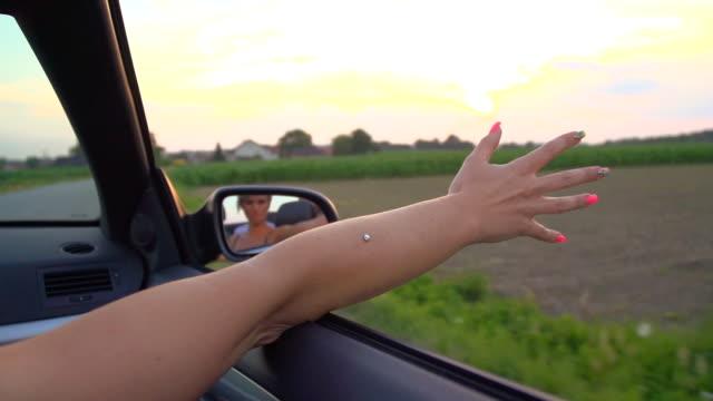 hd スーパースローモーション:ウーマンズ arm 突き出すの車 - 充足感点の映像素材/bロール