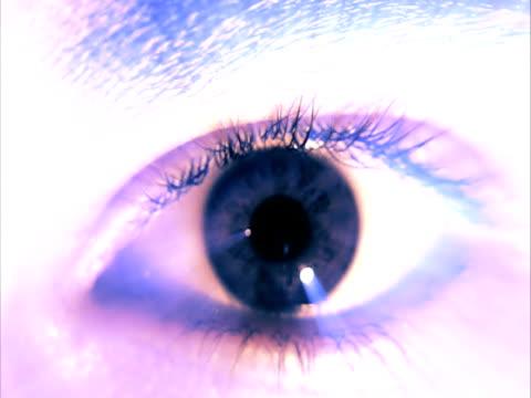 vidéos et rushes de cross process, ecu, woman's eye - procédé croisé