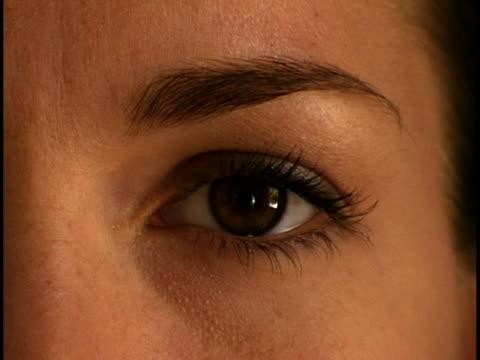 woman's eye - occhi marroni video stock e b–roll