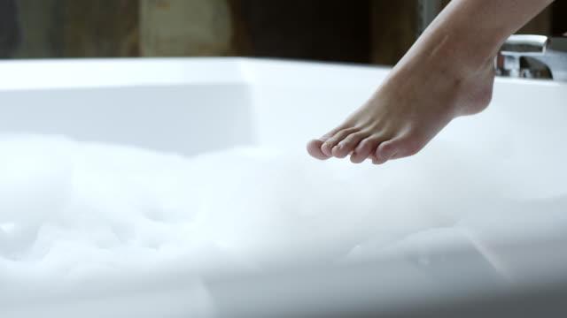 vidéos et rushes de pieds de la femme dans la baignoire - beaux pieds et femme