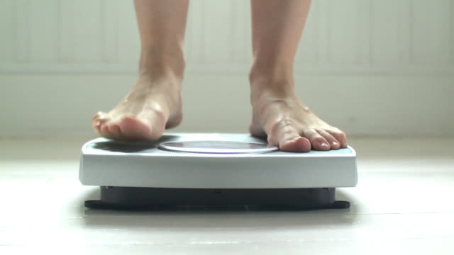 vídeos de stock, filmes e b-roll de cu woman's feet on bathroom scale, scarborough, new york, usa - dieting