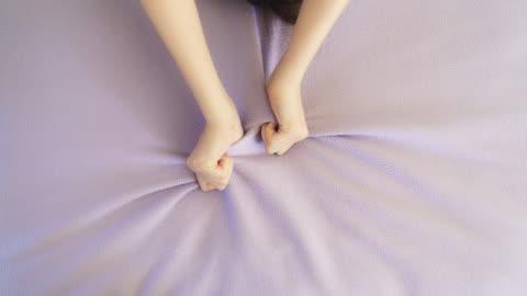 vidéos et rushes de la main de la femme saisissant le drap de lit. plaisir dans le lit - amour