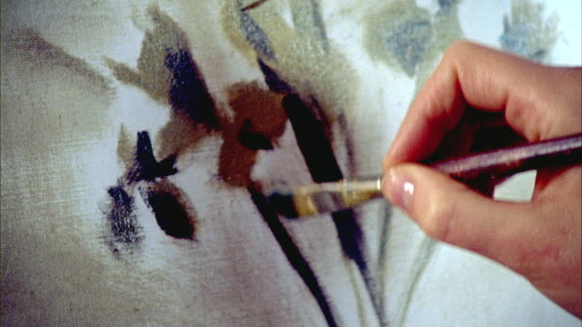 stockvideo's en b-roll-footage met cu, woman's hand painting flowers on canvas, new york city, new york, usa - schilderijen