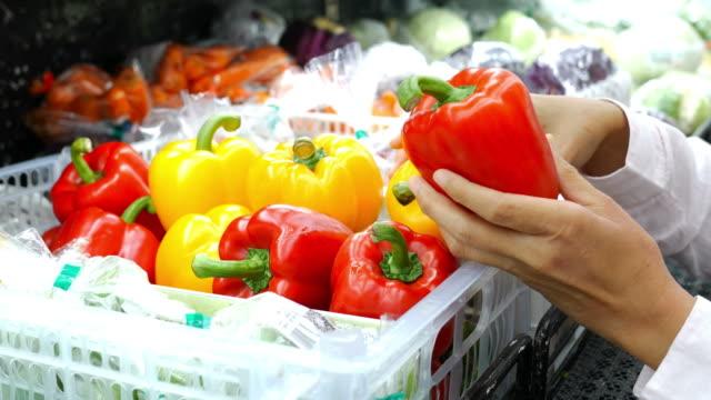 スーパーで新鮮な有機食品を買い物女性の手 - 生鮮食品コーナー点の映像素材/bロール