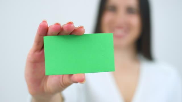 vídeos y material grabado en eventos de stock de mano de mujer mostrando en blanco tarjeta de negocio - ceremonia de entrega de premios