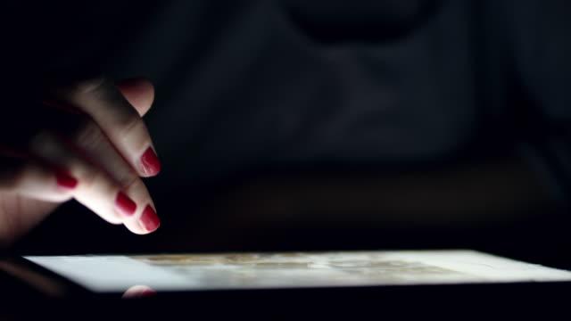 CU Frauenhand gleiten auf einem digital-Tablette