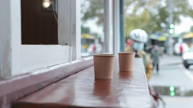 vídeos de stock e filmes b-roll de woman's hand stirring sugar in takeaway coffee. - coffee drink