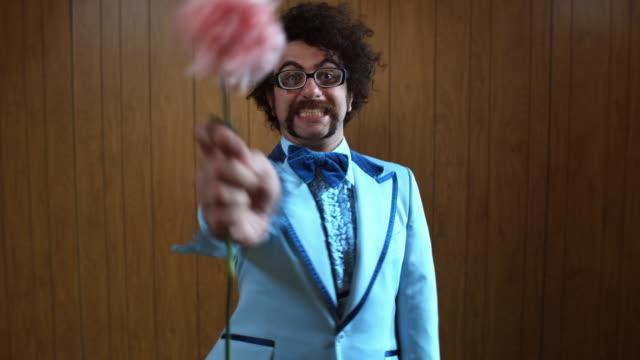 vídeos de stock e filmes b-roll de ms woman's hand taking pink carnation from man in blue suit, atlanta, georgia, usa - camisa com folhos