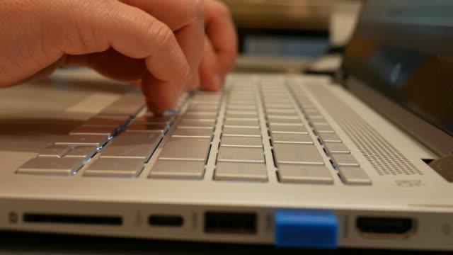 zarte frauenhand binden computer-tastatur - buchdeckel stock-videos und b-roll-filmmaterial