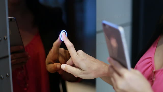 vídeos y material grabado en eventos de stock de mano de la mujer mediante teléfono al elevador prensa - ascensor