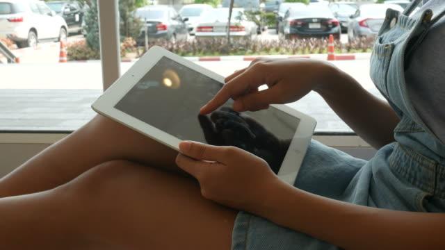 vídeos de stock, filmes e b-roll de mão da mulher que usa a tabuleta na casa - biblioteca
