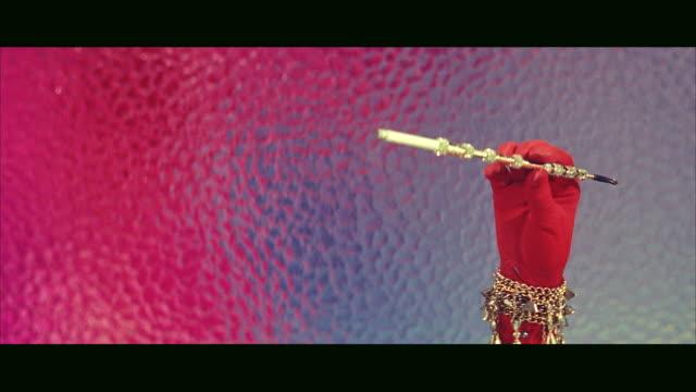 vídeos y material grabado en eventos de stock de ms woman's hand with jewels holding fancy jeweled cigarette holder / ner york,united states - boquilla producto relacionado con el tabaco
